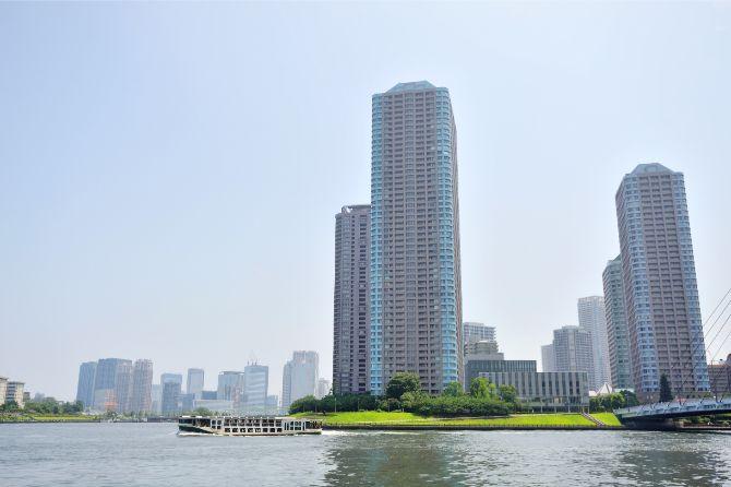隅田川は中央のセンチュリーパークタワーを境に左右に二分して東京湾へ向かう