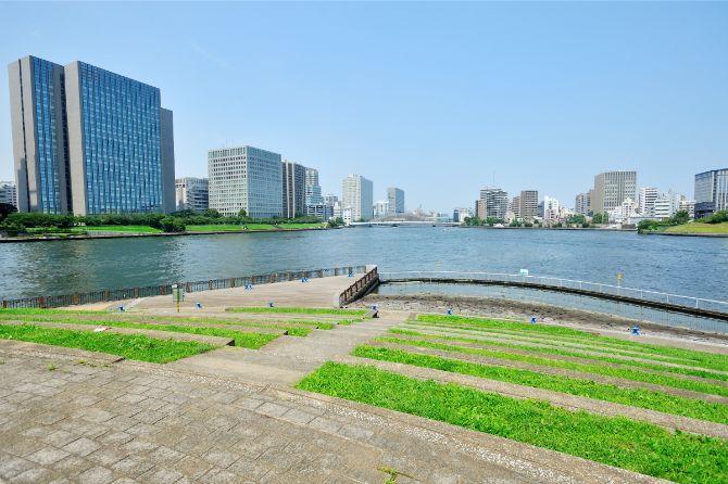 マンション足元にはスーパー堤防を活用してつくられた中央区立石川島公園がある。ここは公園の一角にある隅田川に面したパリ広場