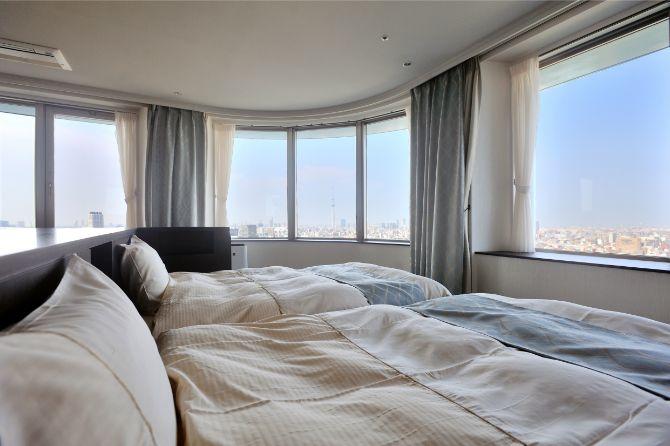 ゲストスイートのベッドから隅田川方面を望む。天空に浮かんで寝ているような感覚になれそう