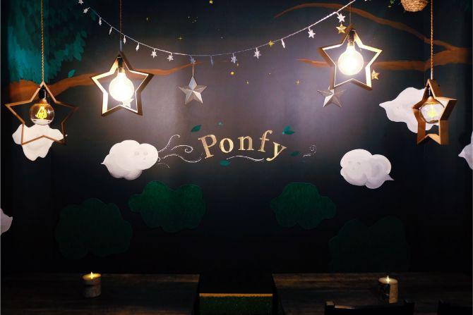 星型の照明などで「夜の森」をイメージした「ponfy」