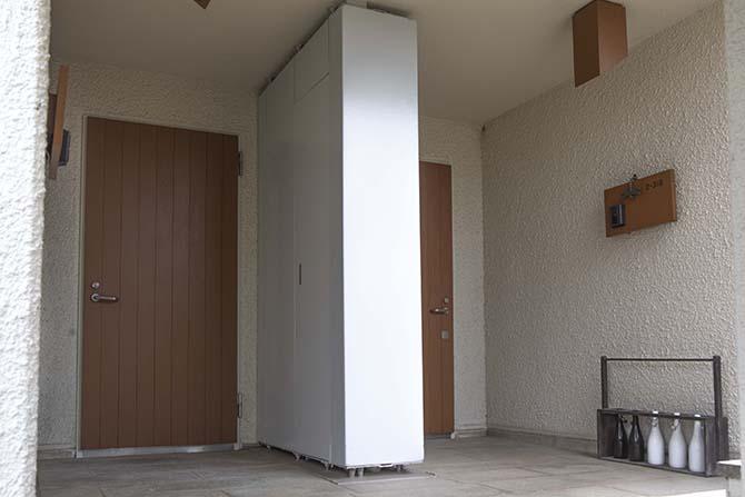 木製ドアの玄関