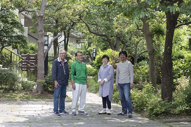 管理員の畠山さん、稲葉理事長、庭園委員会委員長の近藤正子さんと、理事会に携わる夫の裕幸さん