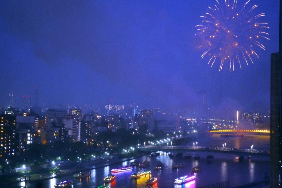 隅田川花火大会の花火をほぼ同じ標高から堪能できる