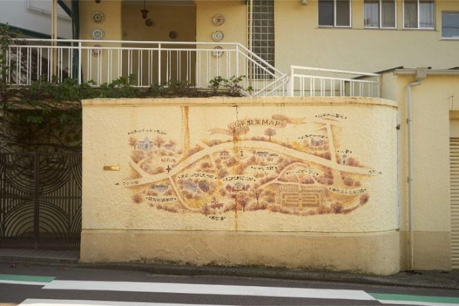 住宅の壁に描かれた山手のイラスト地図