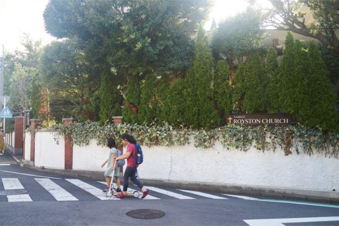 山手を歩く学校帰りの子どもたち