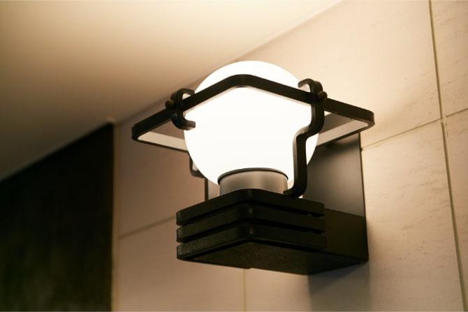 ハイコート山手パレ244の北館のエントランスの照明