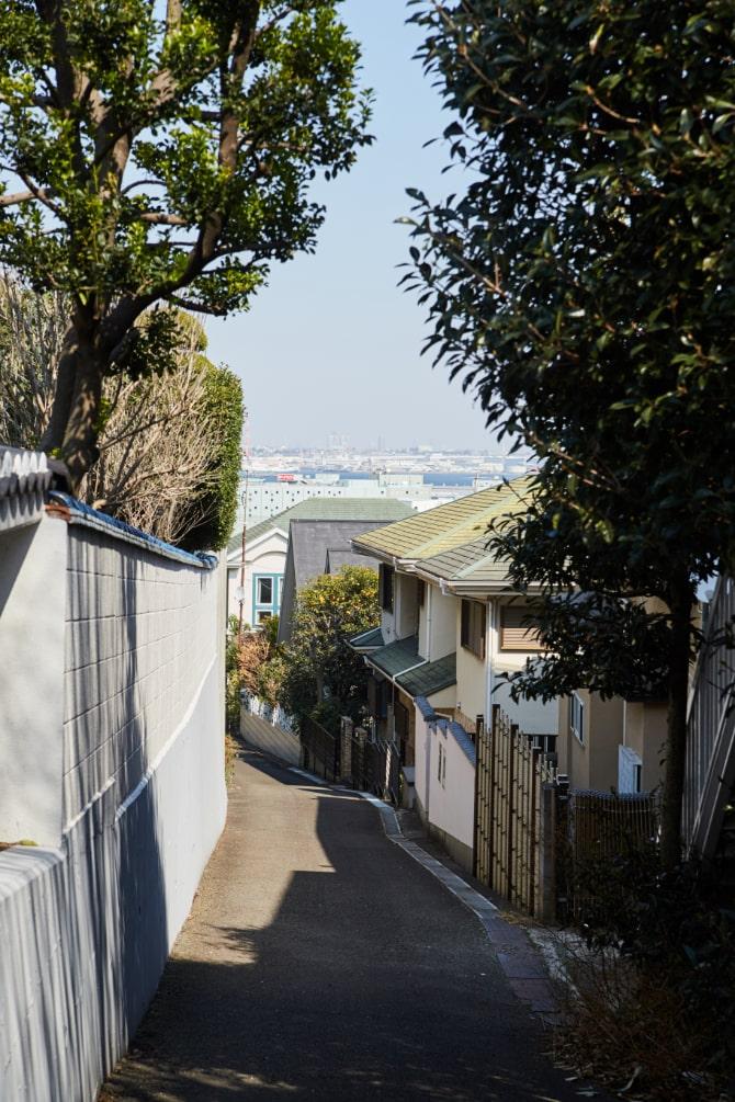 坂道の向こうに見える横浜の海