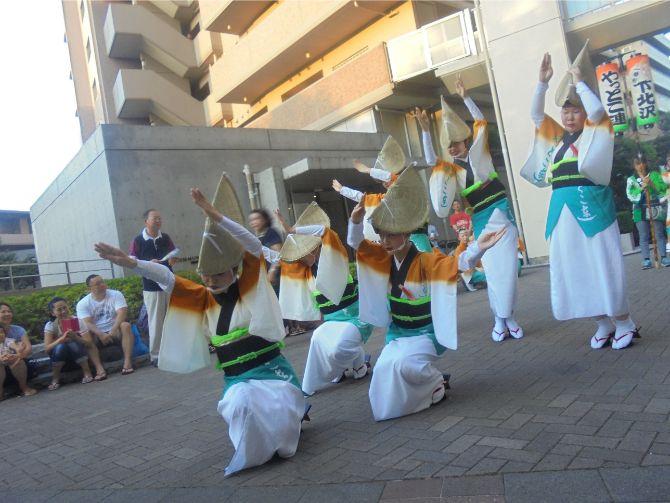 深沢ハウスの夏祭りでは、阿波踊りのチームが踊りを披露してくれる