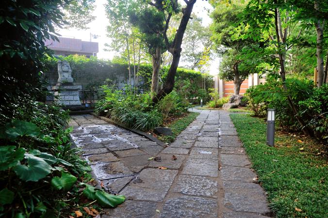 オーベル蘆花公園内にある邸宅の小径