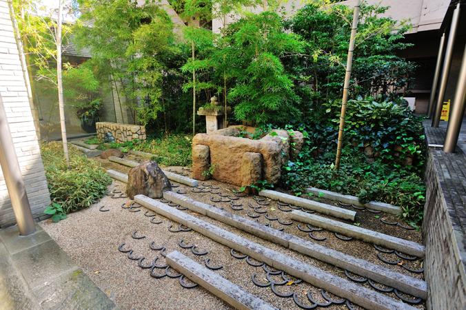 オーベル蘆花公園のラウンジに面した中庭