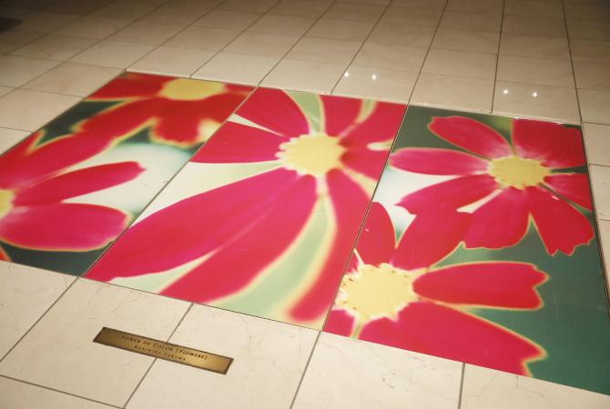 ルクセンブルグハウスの「ラックスキューブ」に飾られた赤い花の写真