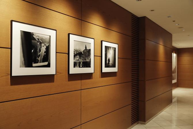 ルクセンブルグハウス1階エレベーターホールには写真家のハービー・山口が撮影したモノクロームのルクセンブルクの街並みがディスプレイされている