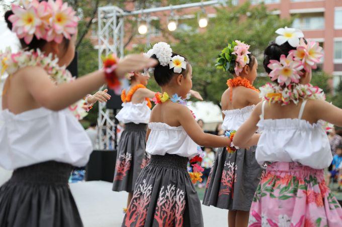 芝浦アイランド島祭りの特設ステージでは子どもたちがフラダンスを披露