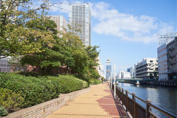 芝浦アイランドの運河沿いの遊歩道