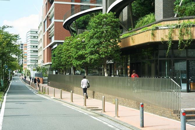 ブランズ横浜前の一方通行路