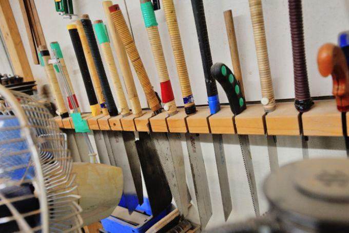 サンシティの木工室にはさまざまなのこぎりが並ぶ