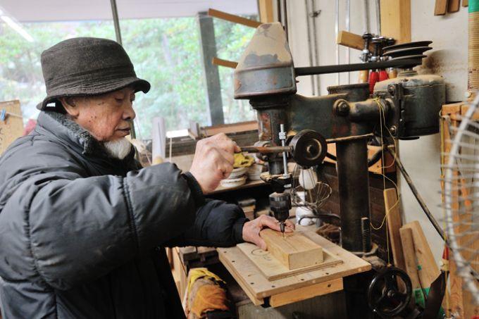 サンシティの木工クラブの部員が作業をしている