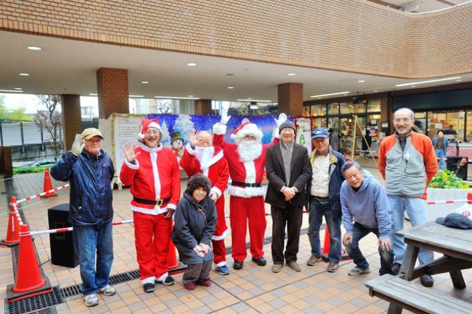 サンシティのクリスマスイベントを支えるメンバー。右から2人目は作画を担当した山本さん。左から3人目の女性は商業棟活性化プロジェクトチームの柱となる中村さん