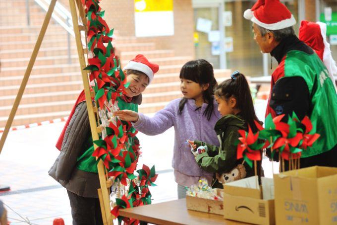 サンシティの住人の手作りプレゼントを選ぶ子どもたち