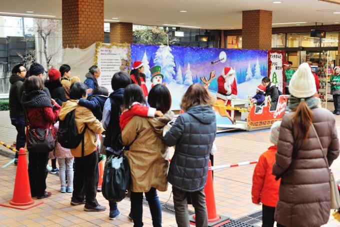 サンシティのクリスマスイベントに参加する親子の列