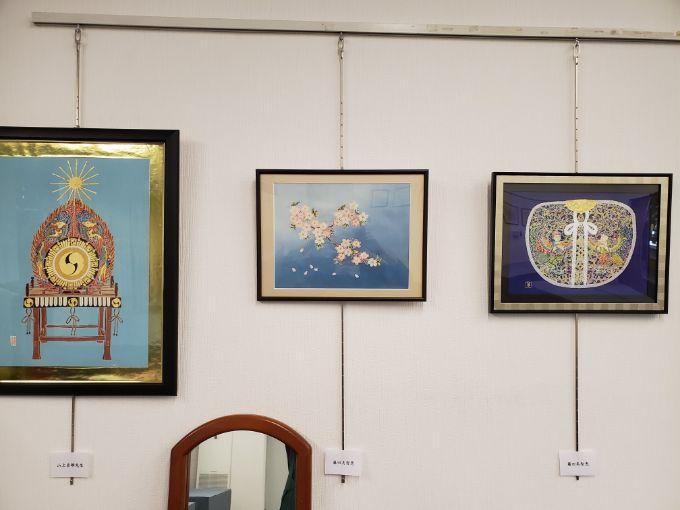 サンシティ祭での展示の様子。部員の作品とともに山上さんの作品も展示