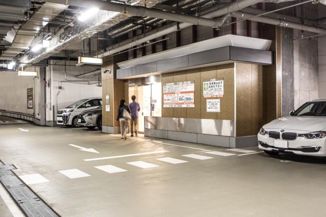 地下一階の駐車場にあるライフの入り口の写真