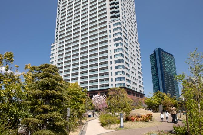 天空庭園から見るクロスエアタワーの外観写真