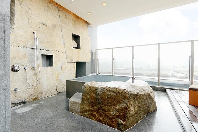 ブリリアマーレ有明の庵治石の露天風呂の写真
