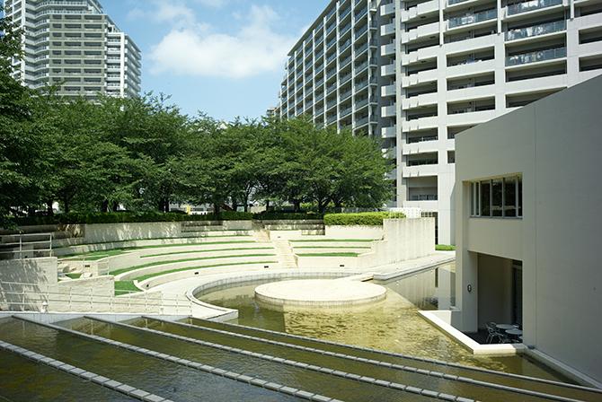 東京サーハウス内のコロシアム風の広場