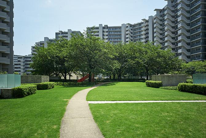 東京サーハウス内の芝生広場
