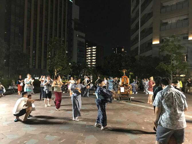富久クロスコンフォートタワーのふもとで行われる盆踊り