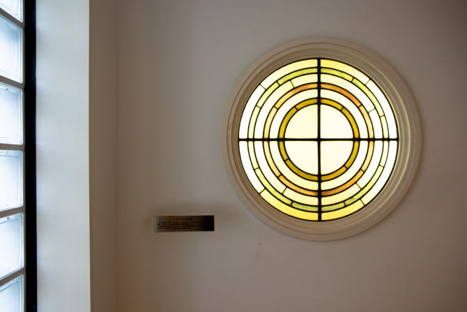 転用された江戸川アパートメントのステンドグラス丸窓の写真