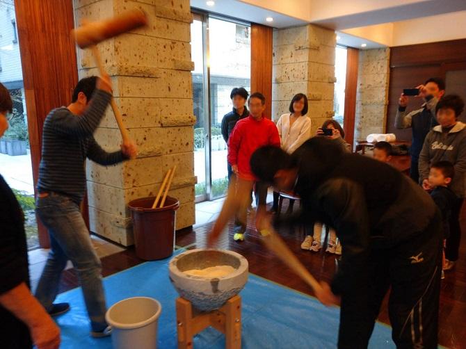 アトラス江戸川アパートメントの餅つき大会の写真