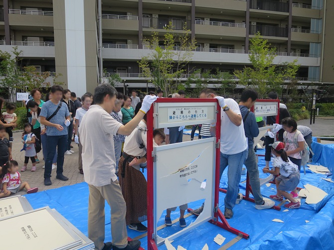 ザ・パークハウス横浜新子安ガーデンの仕切り板の蹴破り体験