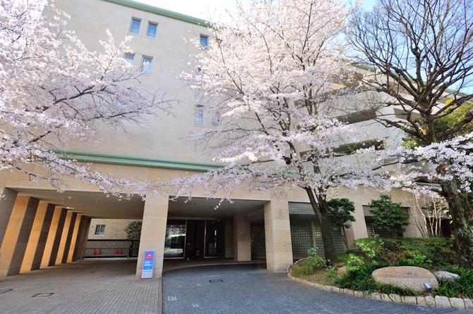 桜シーズンのプラウド駒込の外観