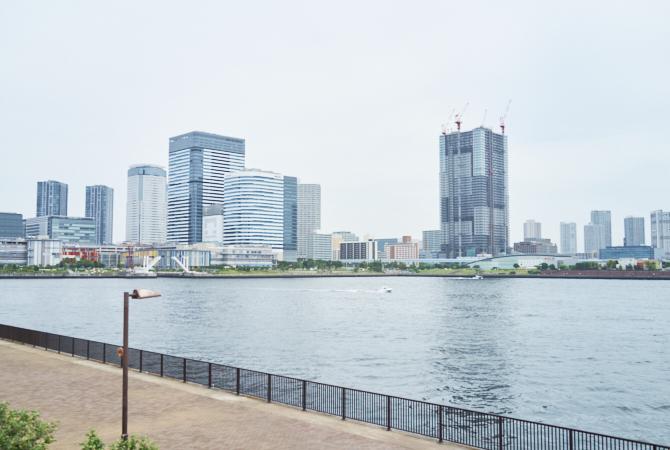 マンションのすぐ前の広大な晴海運河の写真