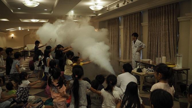 レイディアントシティ横濱の「夏休みこどもサイエンスショー」の様子