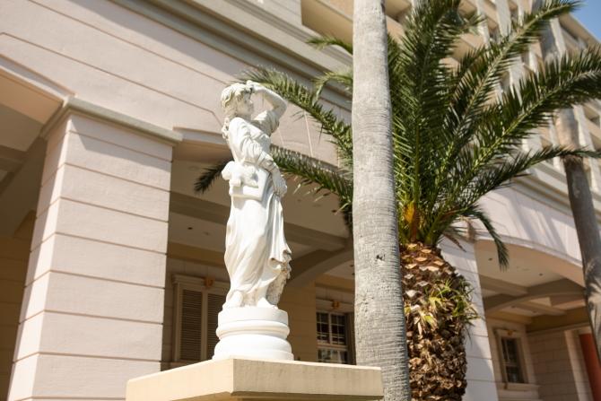 レイディアントシティ横濱内の彫像