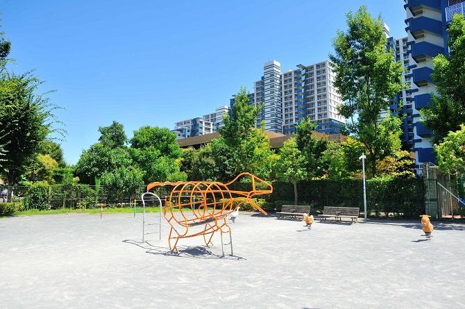 ザ・ミレナリータワーズそばの提供公園にある恐竜型の遊具