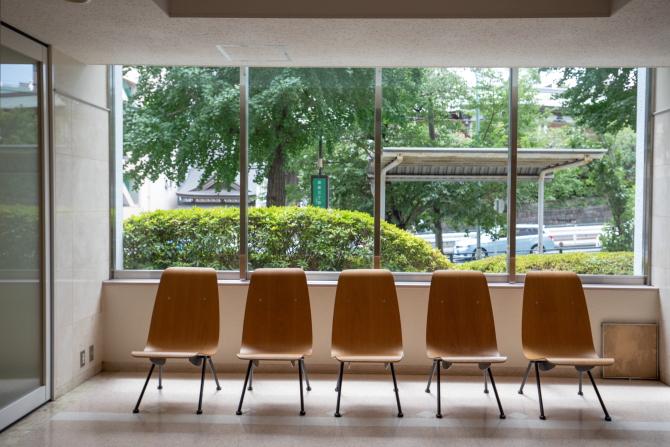 湯島ハイタウンのロビーの椅子