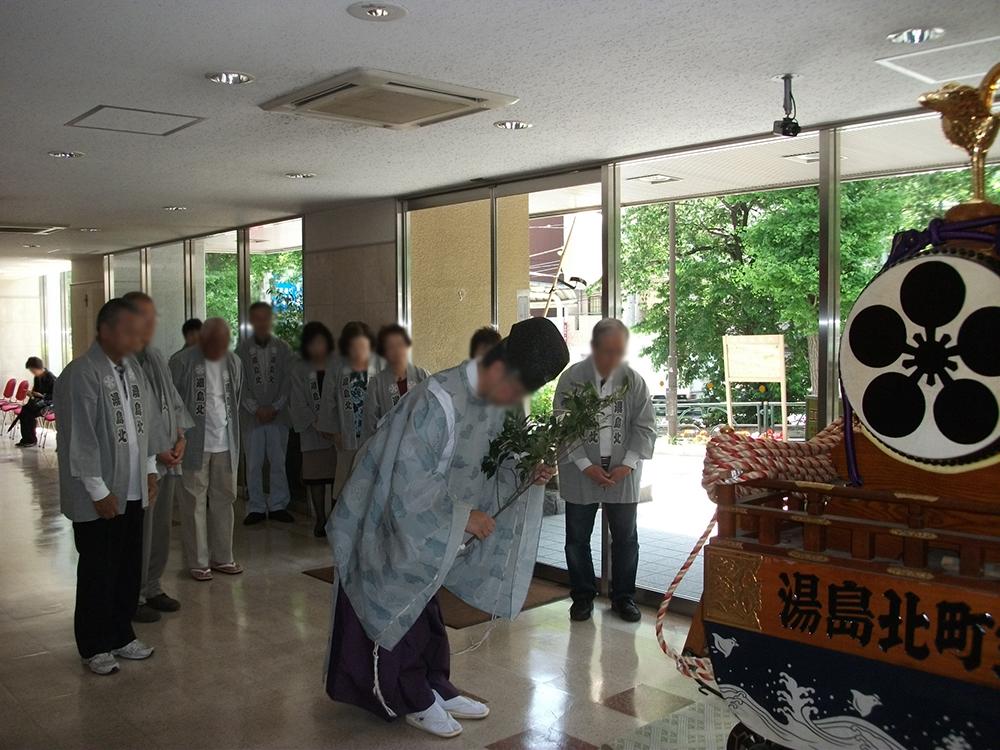湯島ハイタウンのロビーでの神輿のお祓い