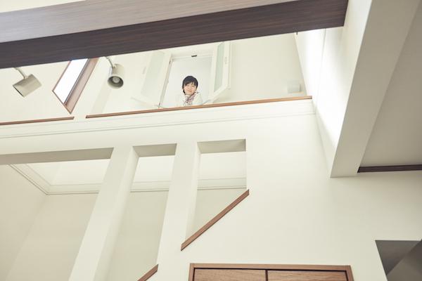リビング階段と吹き抜けでつながる空間