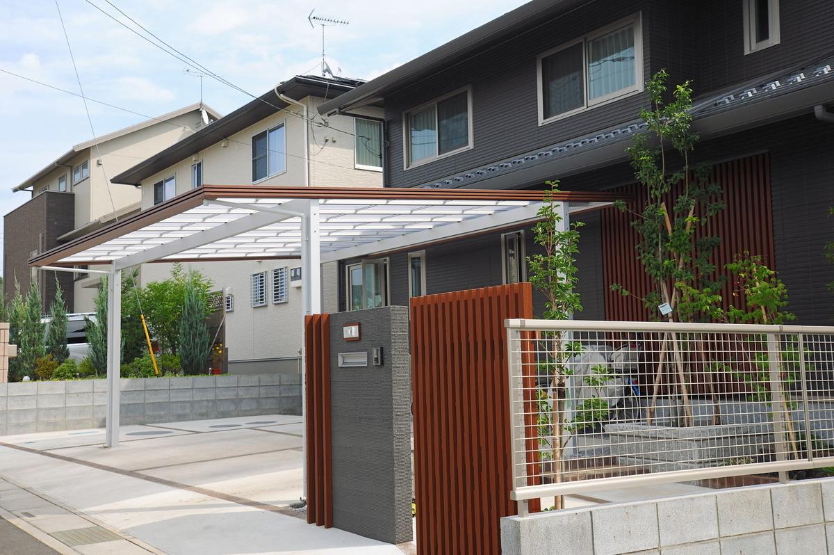 門や塀、駐車スペースの舗装、カーポートの設置は「外構工事」に含まれる(画像/PIXTA)