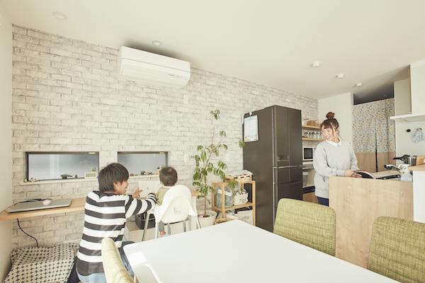 明るく清潔感のあるLDK。一角には料理をしながら見守れる子どもの勉強スペースを設置