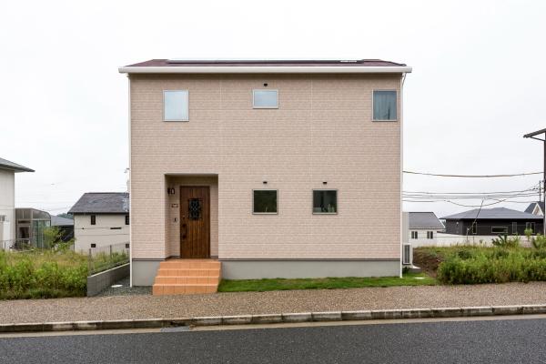 自然に恵まれたニュータウンに建つため、周囲にフィットする薄いレンガ色調の外壁材をセレクト