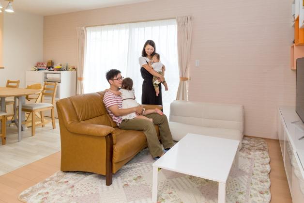淡いオレンジ色を基調に、柔らかい暖色系でコーディネートされた室内