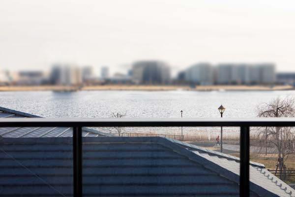 2階のLDKから湖の借景を楽しめる間取り