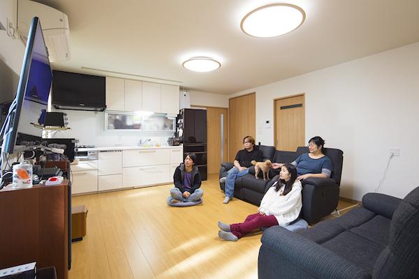 夫婦と娘夫婦が完全一体型の住まいで暮らす二世帯住宅