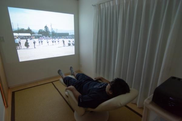 2階のファミリーリビングの壁にはプロジェクター用の壁紙を貼り、ホームシアターを楽しめる