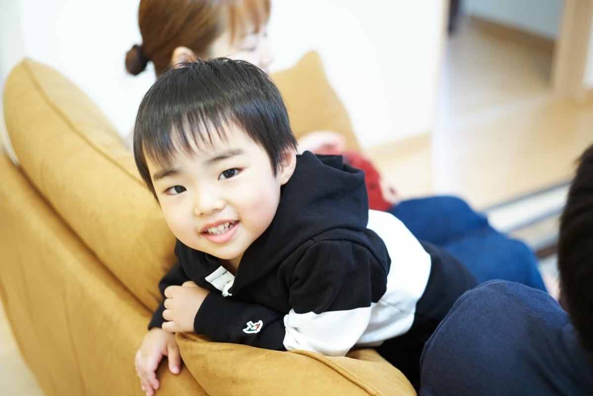 注文住宅の新居でのびのびとする子ども/注文住宅実例